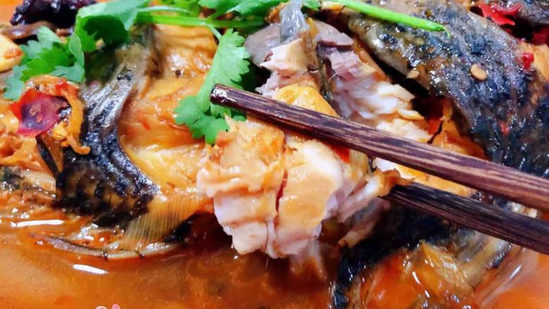 酱焖鲤鱼,鲤鱼肉肉入口鲜嫩细腻混搭着郫县豆瓣酱独有的香味让人唇齿留香回味无穷