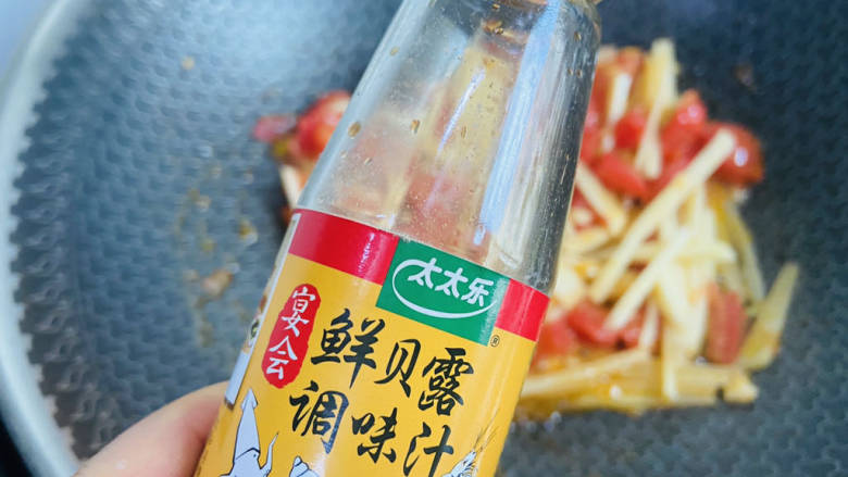 西红柿炒土豆丝,加入一勺太太乐鲜贝露调味汁翻炒均匀