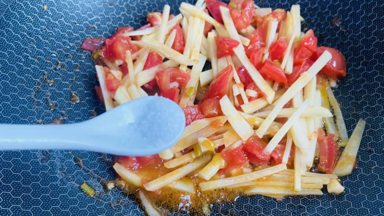 西红柿炒土豆丝,根据个人口味加入适量盐