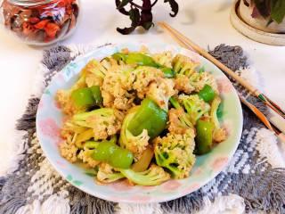 青椒炒花菜,脆爽可口的青椒炒花菜就上桌了。