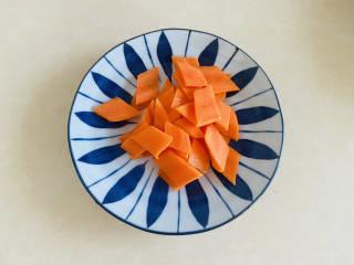 素炒山药+清香爽口 营养美味,胡萝卜洗净去皮切成菱形片