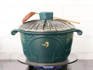 鲈鱼炖豆腐,盖上锅盖大火烧开。