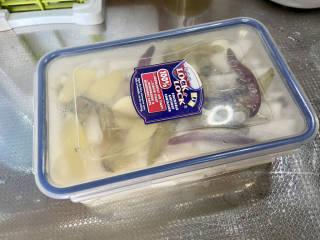 泡萝卜条➕泡椒萝卜条,放冰箱冷藏一晚,即可食用。