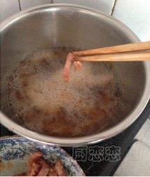 橙香里脊,锅内烧油,至6、7成热的时候,把里脊丝逐一的放进去炸至金黄捞出