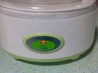 舌尖上的美味…………芒果酸奶,酸奶机中倒入少许水,将酸奶盒放入酸奶机中