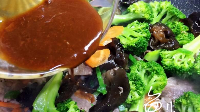 杂炒时蔬,调拌均匀的酱汁倒入锅中