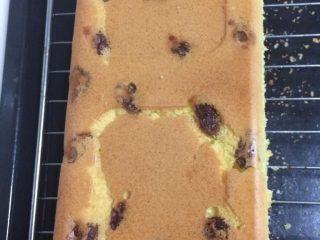 葡萄干戚风蛋糕,如图烤箱预热150度、上下火、中下格,烤30分钟后拿出来倒扣晾凉,脱模即可;