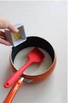果醬酸奶布丁,牛奶煮至即將沸騰狀態,放置5分鐘,加入泡軟的吉利丁片慢慢攪拌使其融合