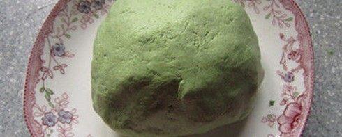 艾草青团,所有粉类放在一起搅拌均匀放上艾草汁颌成光滑的面团醒上20分钟