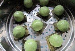 艾草青团,包好的团子表皮沾点橄榄油防干