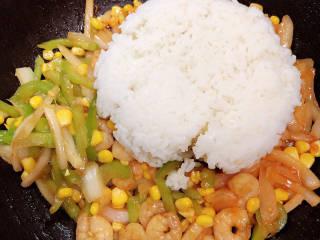 番茄海鲜饭,加入米饭。