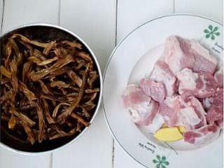 干豆角香焖五花肉,五花肉洗净切成大块,姜去皮切片备用
