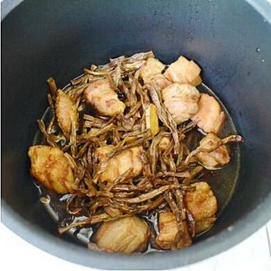 干豆角香焖五花肉,将所有的材料倒进电高压锅内,压20分钟至肉块软烂