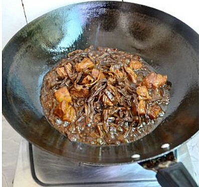 干豆角香焖五花肉,收浓汁后取出装盘食用