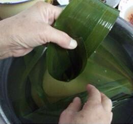 蜜枣花生粽,两只粽叶叠起来用,从尾部卷起一个圆锥