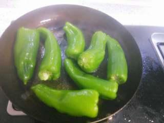 虎皮青椒,小火,不断翻青椒,让其表面均匀受热