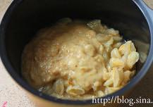 黄皮果酱,将处理好的黄皮果肉及果泥一并放入锅中