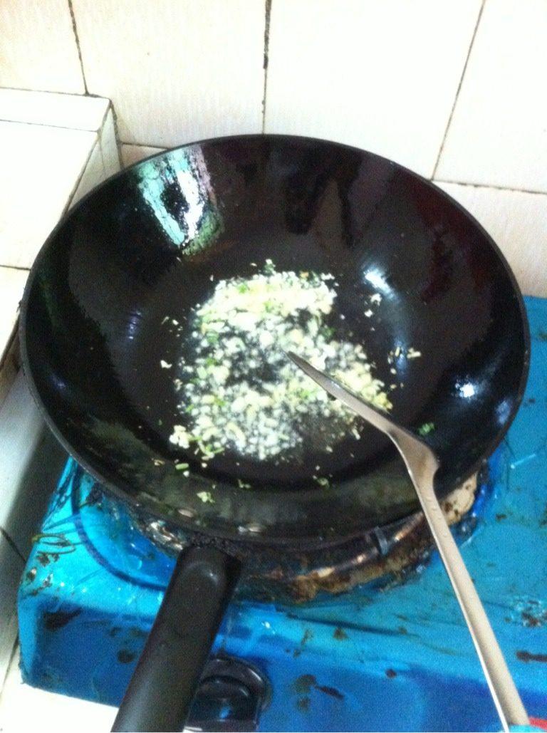 爆炒圣子,如图姜蒜下锅煎成金黄