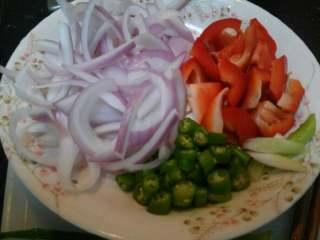 黑椒牛柳,洋葱半个切丝,(别太细根据你切的牛肉定)葱(取白色段)斜着切