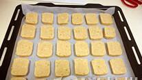 黄油花生饼干,预热烤箱175度,将饼干条取出后切片,烤盘上垫上油纸,饼干排列好,入烤箱,175度,约15分钟