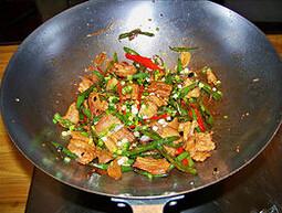 农家小炒肉,撒葱花,炒香,起锅即可
