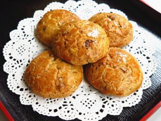 宫廷桃酥,在表面刷层蛋液,入预热好的烤箱中层 上火170度 下火150度  时间约15分钟烤至表面呈金黄色