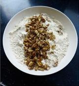 宫廷桃酥,面粉、泡打粉和小苏打过筛混合均匀,加入烤熟的核桃混合