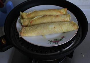 鲜虾鸡肉蛋卷,入蒸锅,水开蒸15分钟左右即可,蒸熟切块食用