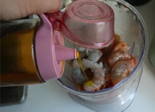 鲜虾鸡肉蛋卷,加入盐,海鲜酱油,油,白胡椒粉调味,然后搅打成泥