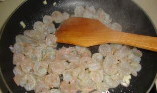 茄汁鲜虾意面,橄榄油炒香蒜,放虾仁炒变色盛出备用