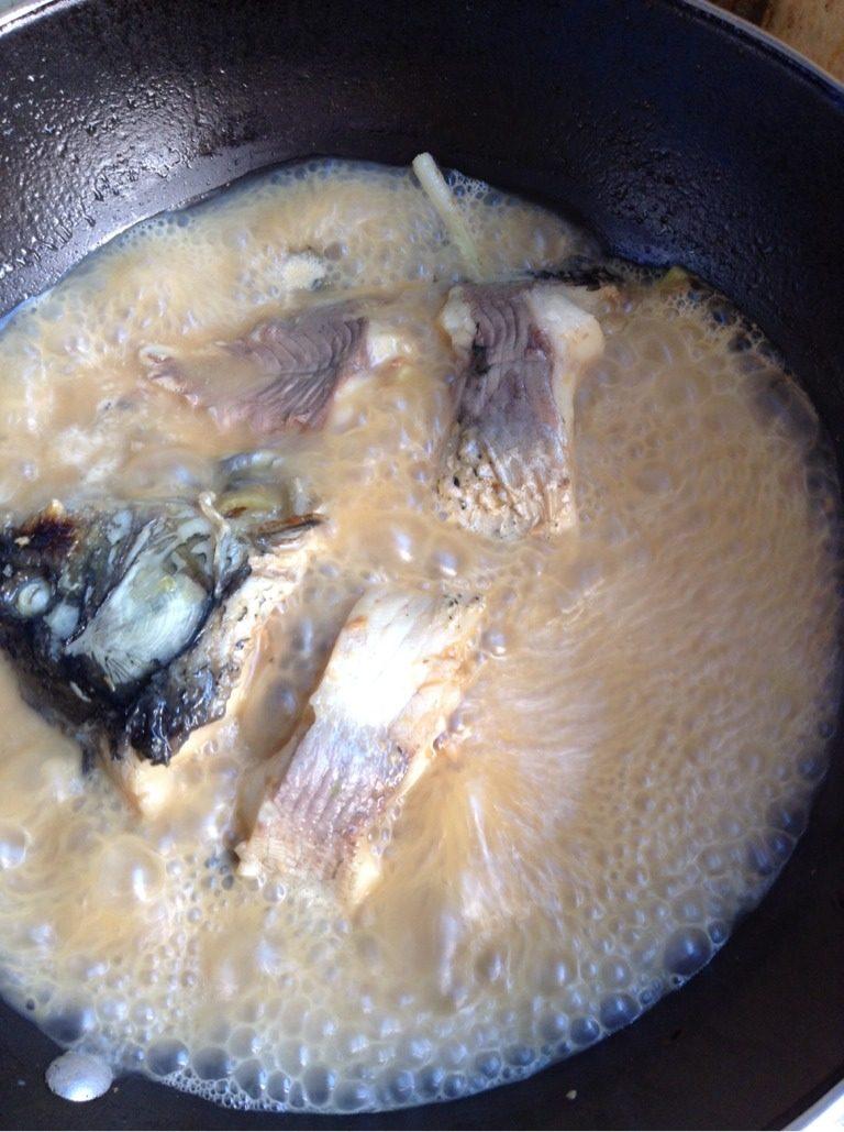 酱炖鲤鱼,如图,开锅转中火