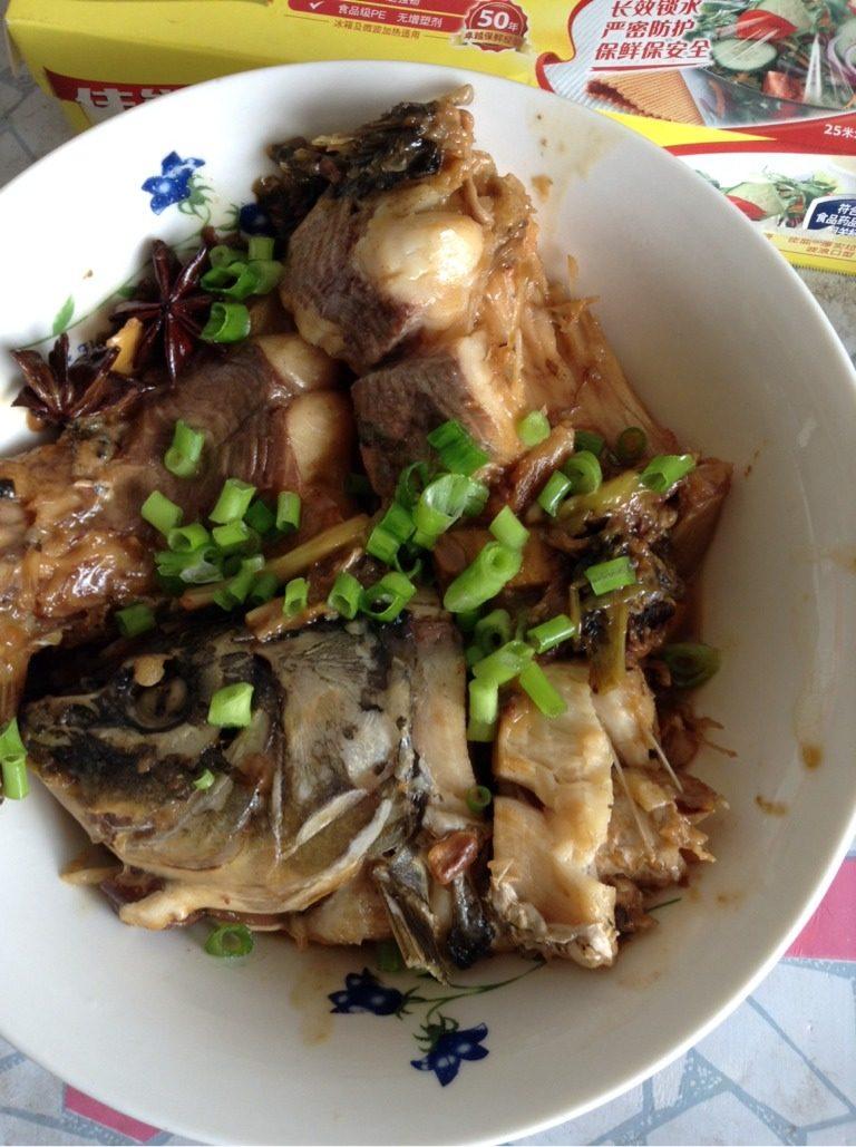 酱炖鲤鱼,出锅,撒上葱末