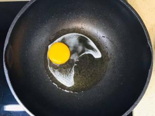 糖醋鸡蛋,油烧热,鸡蛋打入锅里