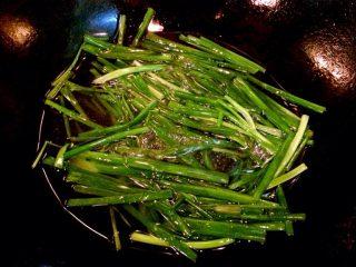 小当家葱油面,锅内倒入食用油加热至八成,放香葱段,炒至变色