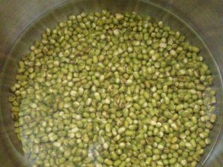 绿豆汤,绿豆倒入锅中,加水高过绿豆一指节即可