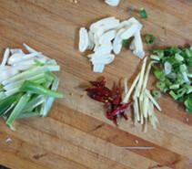 木耳炒猪腰,开水锅中加入木耳煮10秒钟捞出备用,葱、蒜、辣椒、姜,葱梗切成丝
