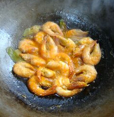 油焖青虾,3分钟左右。盘子周围已没有了汤汁即可。拿开盘子,改用中火收汁,20秒即可