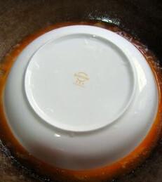 油焖青虾,立即转入小火,并用一个圆盘子,代替锅盖,进行焖制