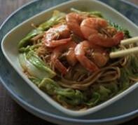 鲜虾焖面,盖上锅盖,中火焖5~6分钟,翻炒几下即可
