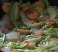 鲜虾焖面,待白菜变软糯,将白菜和虾均匀铺在锅底