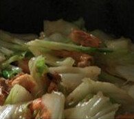 鲜虾焖面,加入虾尾继续翻炒;倒入白菜,先梗再叶