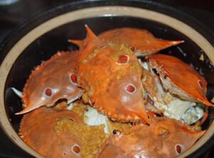 豆酱焗花蟹,淋上清水,盖上锅盖,大火煮开后,转小火烧10分钟左右,焗熟花蟹