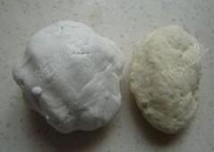 鲜肉麻球,糯米粉置于盆中,加入清水揉成糯米面团