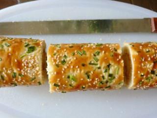 肉松面包卷,借助擀面杖卷成面包卷,定型30分钟,切成三段