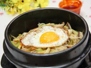 石锅拌饭 ,将煎好的荷包蛋摆在最上面,撒上点熟芝麻