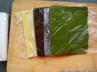 棒棒糖饼干 ,用小号保鲜袋,分别装入三种颜色的面团,整理成片状,放冰箱里略冻硬