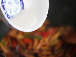 干锅茶树菇,最后水淀粉勾芡即可