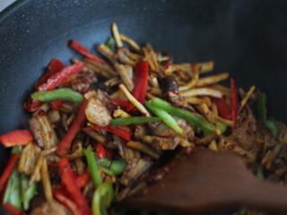 干锅茶树菇,倒入茶树菇大火翻炒3分钟左右,倒入青红椒丝翻炒1分钟左右,加盐糖调味