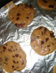 葡萄巧克力软曲奇,将面糊用小勺挖起铺在烤盘上压平。烤盘放进预热好的烤箱,中层,上下火180度,12分钟左右