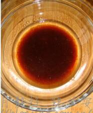 葡萄巧克力软曲奇,大碗里倒入植物油,红糖水、盐混合均匀